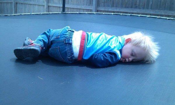 Bật cười trước những tư thế ngủ chẳng giống ai của lũ trẻ - Ảnh 22.