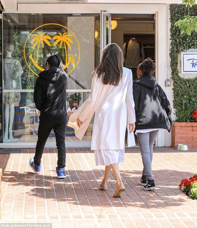 Pax Thiên chững chạc xách đồ cho mẹ Angelina Jolie khi đi mua sắm - Ảnh 1.
