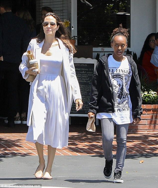 Pax Thiên chững chạc xách đồ cho mẹ Angelina Jolie khi đi mua sắm - Ảnh 2.