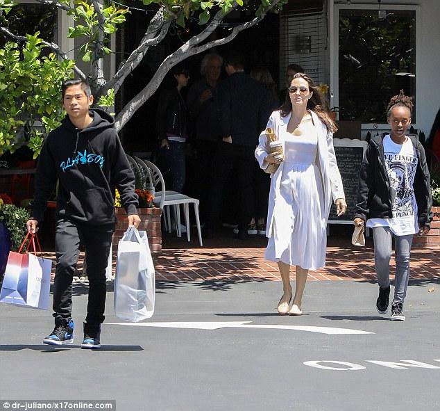 Pax Thiên chững chạc xách đồ cho mẹ Angelina Jolie khi đi mua sắm - Ảnh 3.