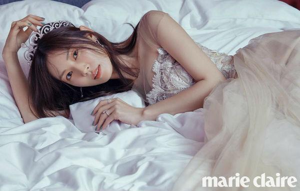 Những hình ảnh đẹp ngọt ngào trong bộ ảnh cưới của Kim So Yeon - Ảnh 2.