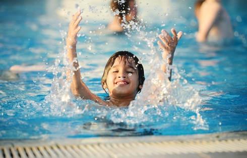 Những lưu ý đặc biệt quan trọng khi đưa con đi bơi trong những ngày nắng nóng - Ảnh 5.