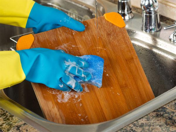 Bạn sẽ từ bỏ ngay việc làm sạch thớt bằng nước rửa bát sau khi biết sự thật này - Ảnh 2.