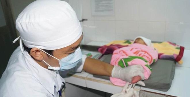 Đây là lý do bố mẹ nhất định phải lấy máu gót chân sau sinh cho con - Ảnh 2.