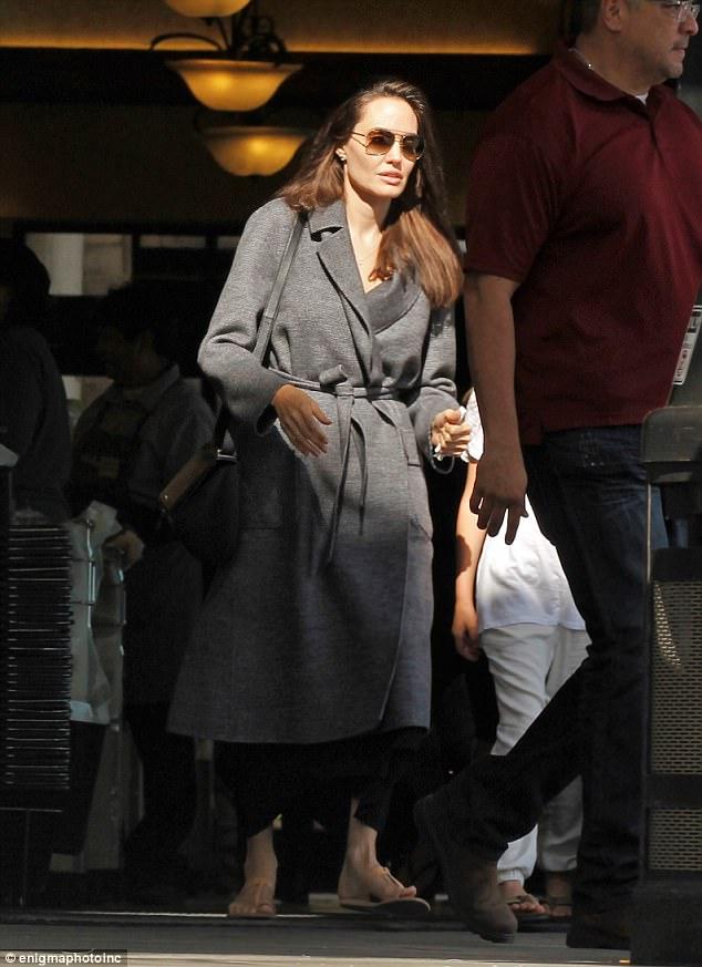 Con gái út âu yếm hôn tay Angelina Jolie trên phố - Ảnh 1.