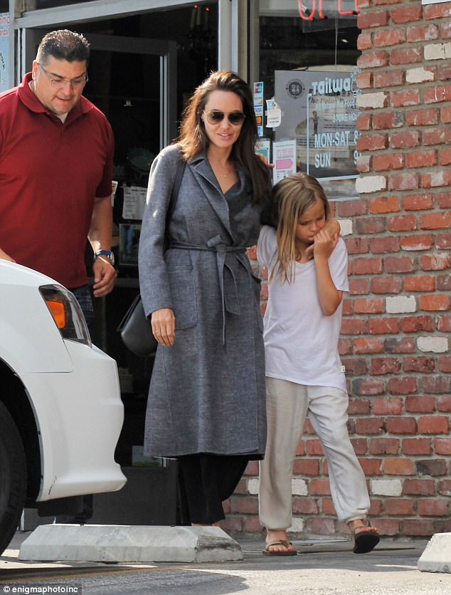 Con gái út âu yếm hôn tay Angelina Jolie trên phố - Ảnh 2.