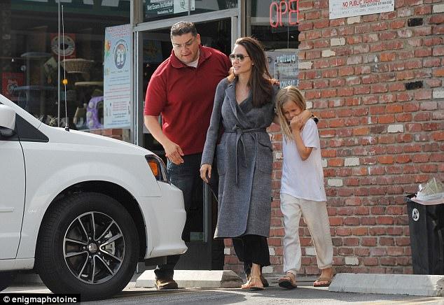 Con gái út âu yếm hôn tay Angelina Jolie trên phố - Ảnh 3.
