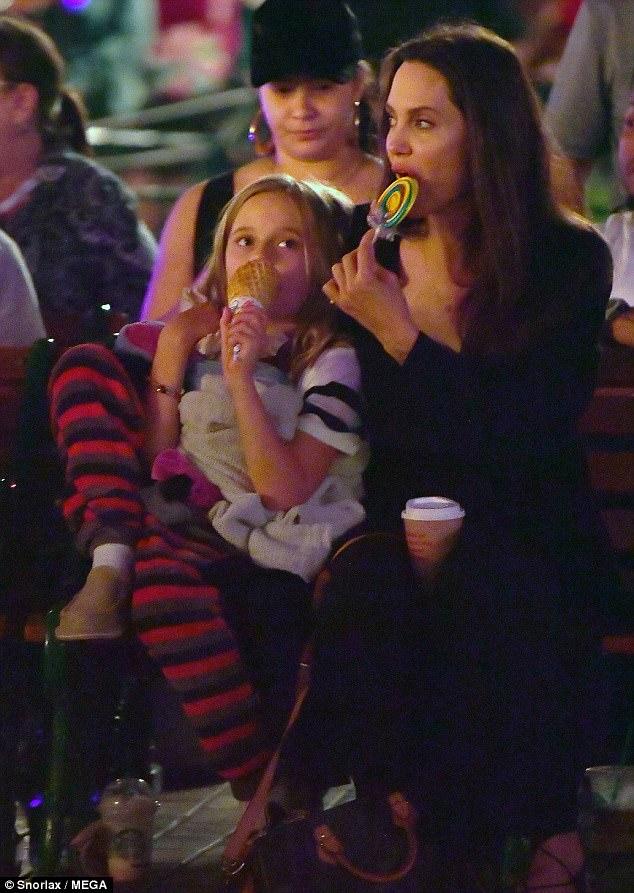 Con gái út âu yếm hôn tay Angelina Jolie trên phố - Ảnh 4.