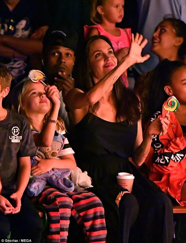 Con gái út âu yếm hôn tay Angelina Jolie trên phố - Ảnh 5.