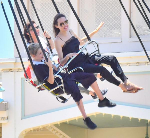 Con gái út âu yếm hôn tay Angelina Jolie trên phố - Ảnh 6.