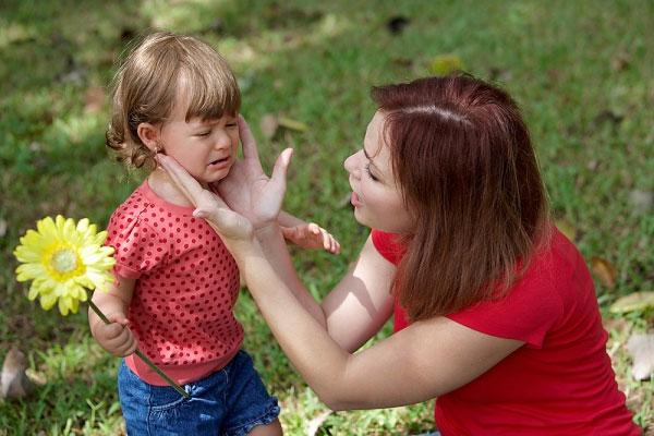 Con gào khóc, ăn vạ không thuốc chữa, chuyên gia mách cho mẹ một chiêu thần kỳ - Ảnh 3.