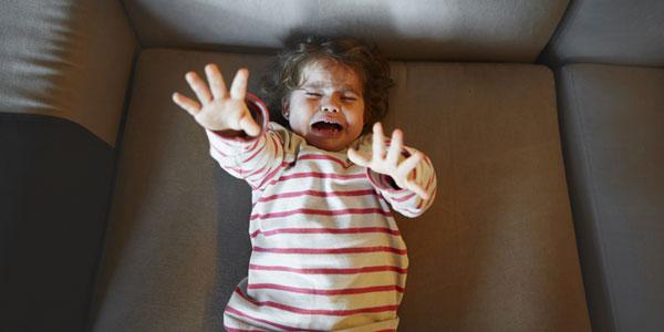 Con gào khóc, ăn vạ không thuốc chữa, chuyên gia mách cho mẹ một chiêu thần kỳ - Ảnh 4.