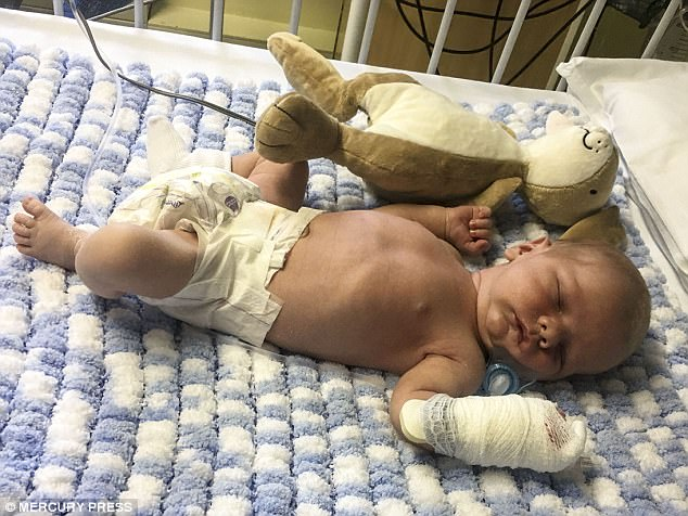 Bé sơ sinh 9 ngày tuổi suýt mất mạng vì