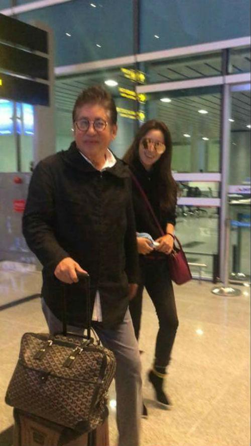 Kim Hee Sun bất ngờ tới Đà Nẵng nghỉ dưỡng, chào thân thiện với người hâm mộ tại sân bay - Ảnh 1.