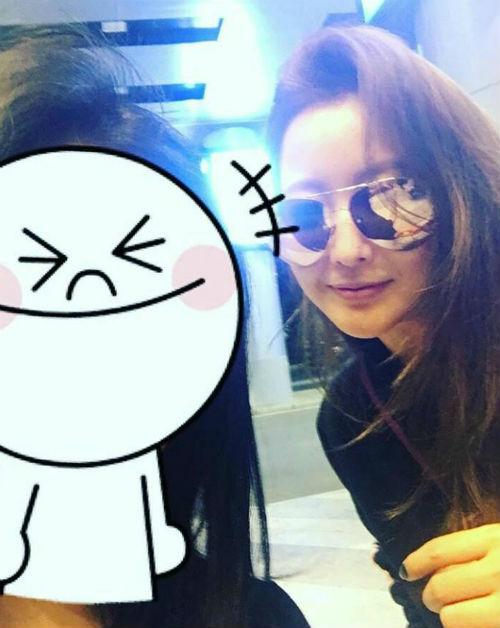 Kim Hee Sun bất ngờ tới Đà Nẵng nghỉ dưỡng, chào thân thiện với người hâm mộ tại sân bay - Ảnh 2.
