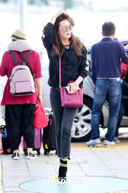 Kim Hee Sun bất ngờ tới Đà Nẵng nghỉ dưỡng, chào thân thiện với người hâm mộ tại sân bay - Ảnh 3.
