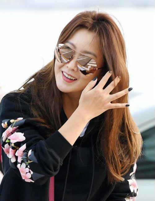 Kim Hee Sun bất ngờ tới Đà Nẵng nghỉ dưỡng, chào thân thiện với người hâm mộ tại sân bay - Ảnh 5.
