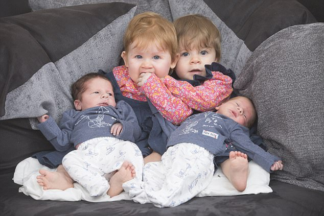 11 tháng sinh liền 4 đứa con, bà mẹ này phá vỡ kỷ lục sinh con của nước Anh - Ảnh 1.