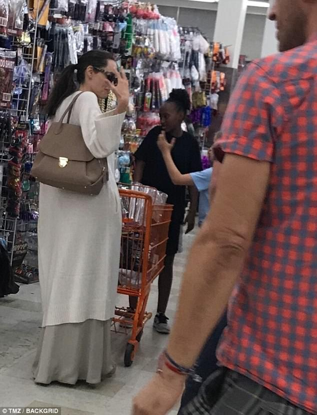 Angelina Jolie chi 1.000 USD đi mua sắm chuẩn bị Halloween cho các con - Ảnh 1.