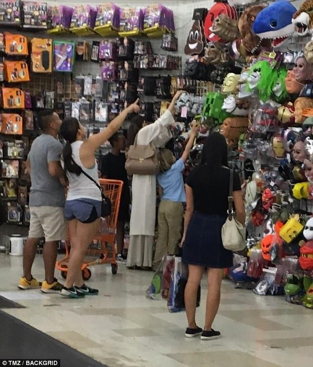 Angelina Jolie chi 1.000 USD đi mua sắm chuẩn bị Halloween cho các con - Ảnh 2.