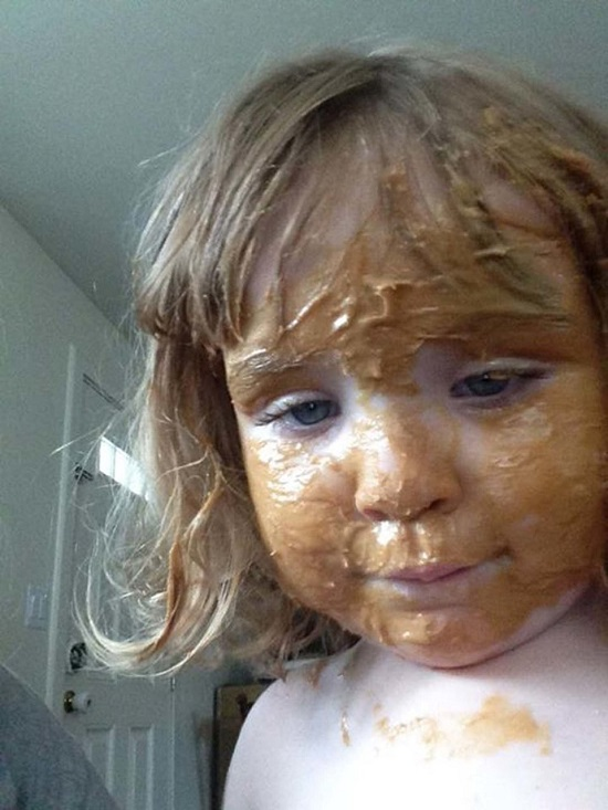 Hành động ngớ ngẩn của trẻ khiến bố mẹ khốn khổ giải quyết hậu quả - Ảnh 3.