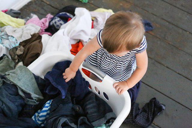 6 mẹo nhỏ giúp quần áo của bạn luôn mới đẹp dù giặt bằng máy giặt - Ảnh 1.