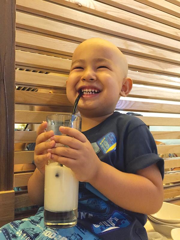 Phát hiện con trai mắc bệnh ung thư máu chỉ từ những triệu chứng ho, sốt thông thường - Ảnh 3.