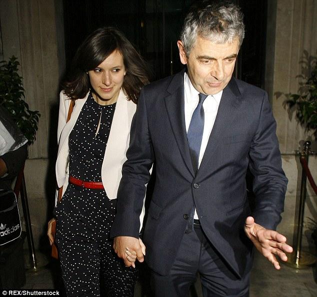 """Sao """"Mr Bean"""" và bồ trẻ đáng tuổi con gái chuẩn bị đón con chung  - Ảnh 1."""