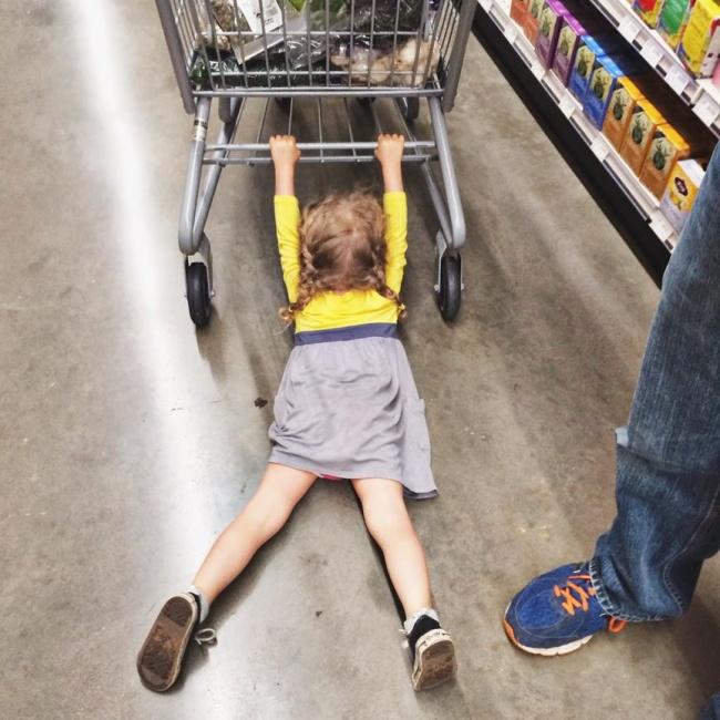 Chùm ảnh chứng minh: Đưa con đi siêu thị là công việc chỉ dành cho những cha mẹ… dũng cảm - Ảnh 2.