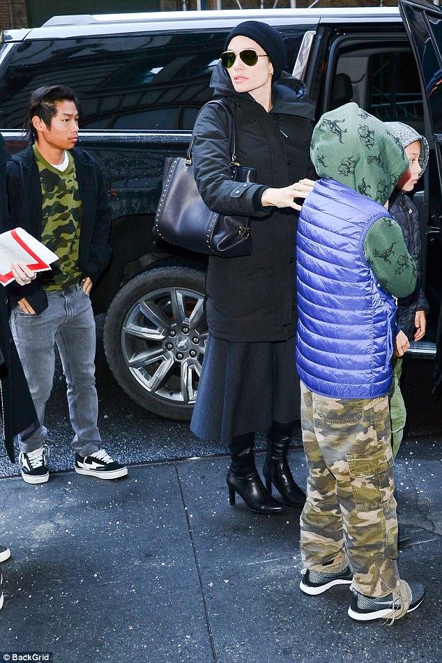 Pax Thiên cực ngầu khi cùng mẹ và các em xuất hiện trên đường phố New York - Ảnh 2.