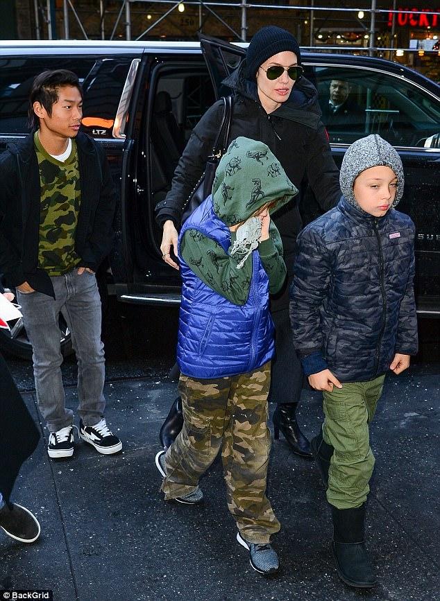 Pax Thiên cực ngầu khi cùng mẹ và các em xuất hiện trên đường phố New York - Ảnh 3.