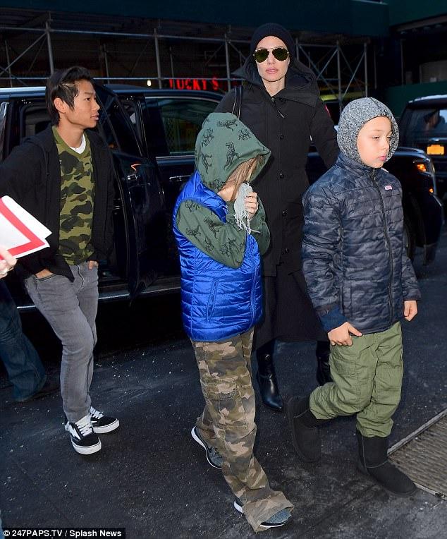 Pax Thiên cực ngầu khi cùng mẹ và các em xuất hiện trên đường phố New York - Ảnh 4.