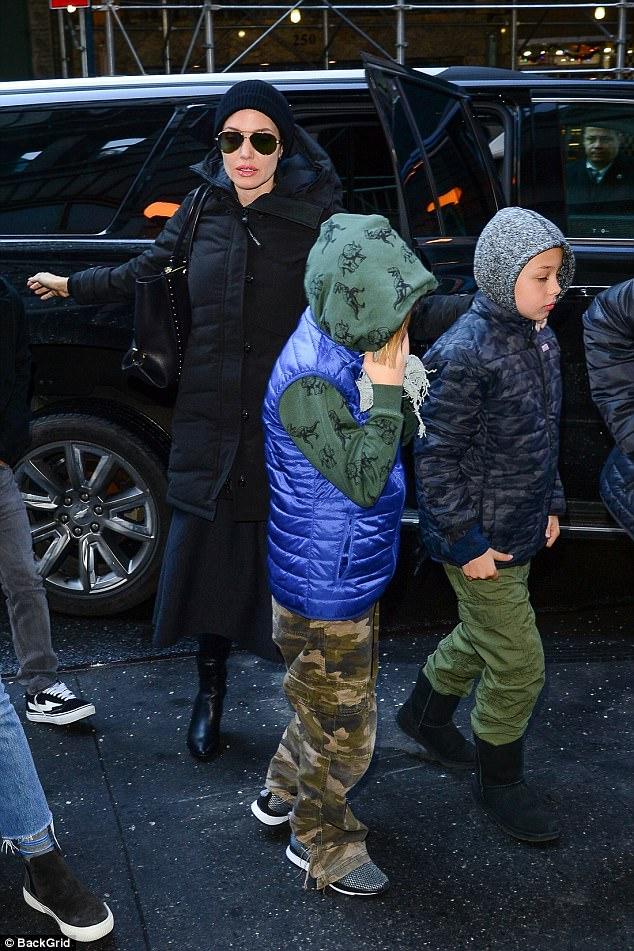 Pax Thiên cực ngầu khi cùng mẹ và các em xuất hiện trên đường phố New York - Ảnh 6.