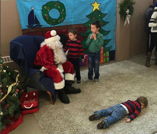 """Những khoảnh khắc """"cười ra nước mắt""""  vì không phải bé nào cũng thích Noel như cha mẹ vẫn nghĩ - Ảnh 9."""