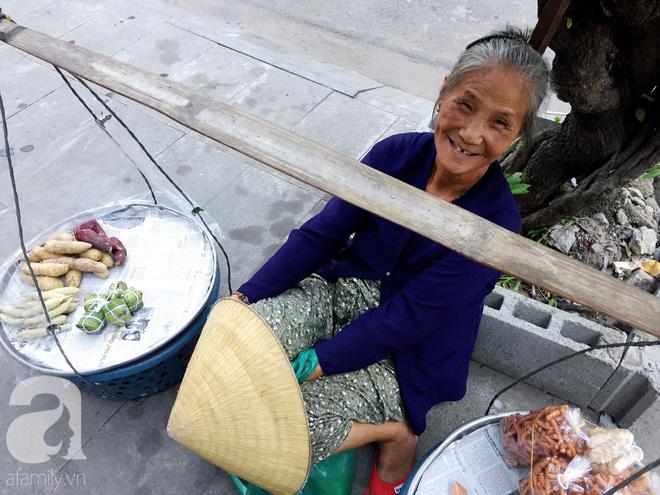 Bà bán rong sáng ăn khoai ế, tối ngủ tập thể 22 nghìn/đêm, ky cóp tiền gửi về quê nuôi chồng - Ảnh 2.