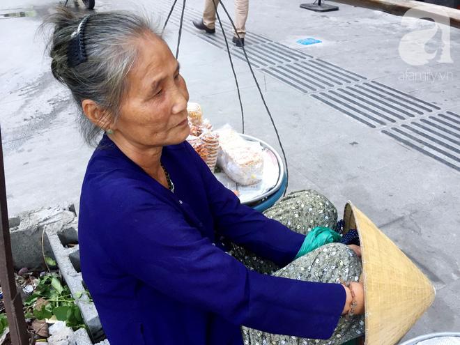 Bà bán rong sáng ăn khoai ế, tối ngủ tập thể 22 nghìn/đêm, ky cóp tiền gửi về quê nuôi chồng - Ảnh 1.