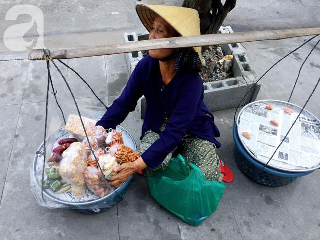 Bà bán rong sáng ăn khoai ế, tối ngủ tập thể 22 nghìn/đêm, ky cóp tiền gửi về quê nuôi chồng - Ảnh 9.