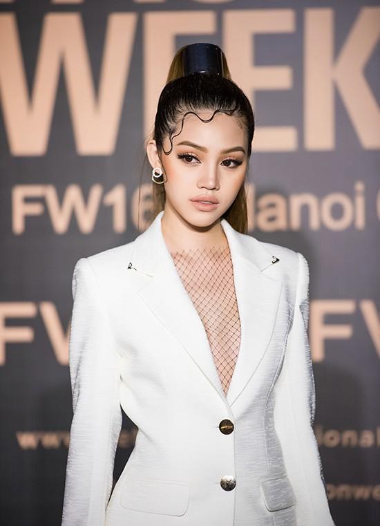 Cả showbiz Việt bây giờ toàn chạy theo phong cách trang điểm mắt đậm môi tều giống Kylie Jenner - Ảnh 24.
