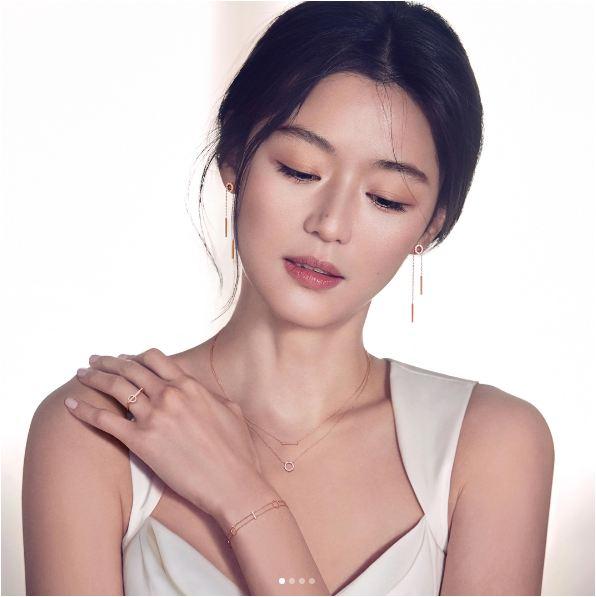 Mợ chảnh Jun Ji Hyun bùng nổ nhan sắc dù đang mang bầu tháng thứ 4 - Ảnh 1.