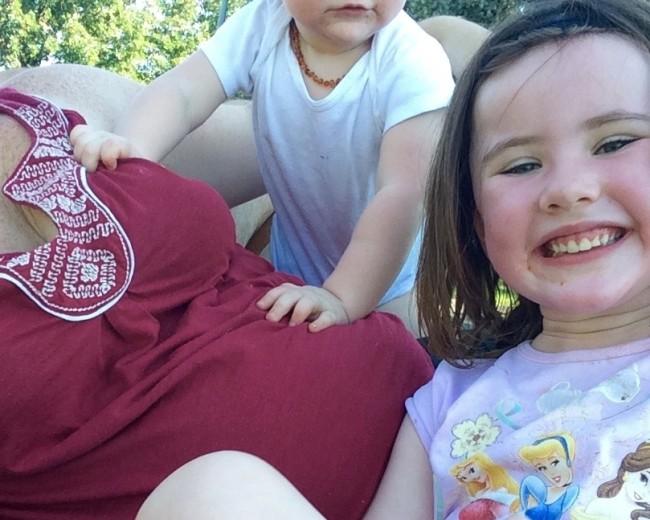Tôi đã lo đến phát khóc sau khi con gái nhảy lên bụng bầu 5 tháng - Ảnh 1.