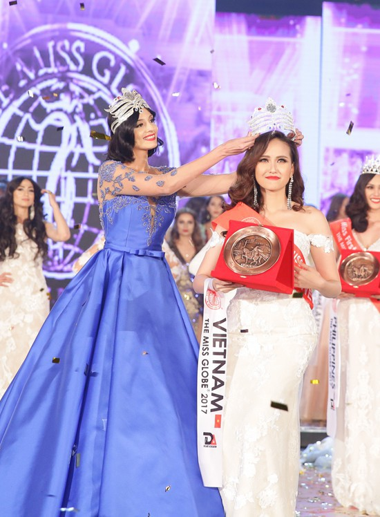 Vừa đăng quang Miss Globe, Khánh Ngân đã bị soi mặc lại váy của Thu Thảo từ năm ngoái - Ảnh 1.