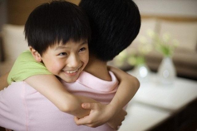 Chỉ cần bố mẹ thường xuyên ôm con, trẻ cũng được hưởng lợi không ngờ - Ảnh 1.