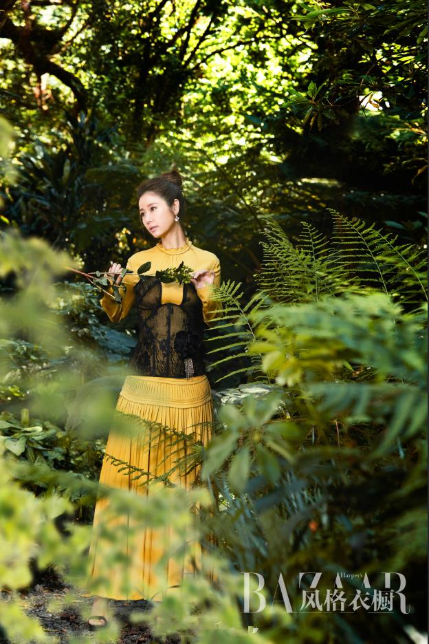 Quý cô Lâm Tâm Như trẻ trung mướt mắt giữa rừng xanh - Ảnh 3.