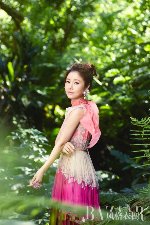 Quý cô Lâm Tâm Như trẻ trung mướt mắt giữa rừng xanh - Ảnh 5.