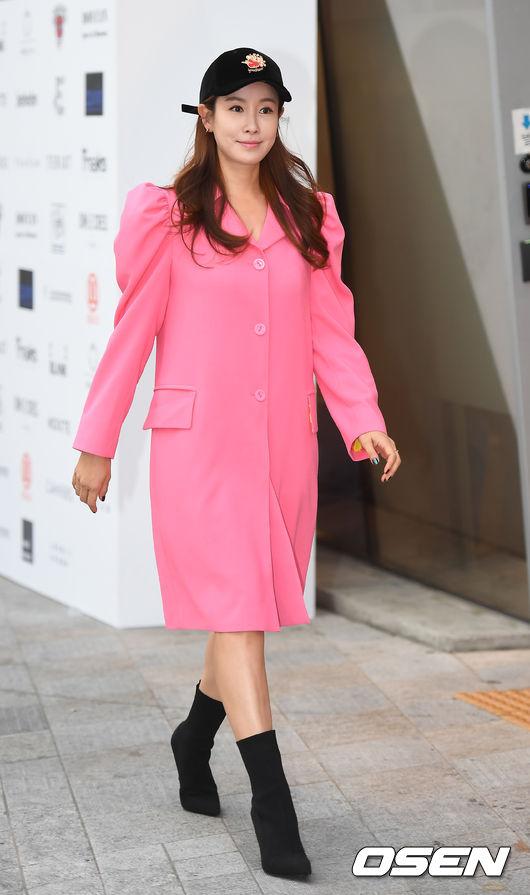 Chị hai của Những nàng công chúa nổi tiếng 42 tuổi vẫn diện đầm hồng choét tham dự Tuần lễ thời trang Seoul  - Ảnh 1.