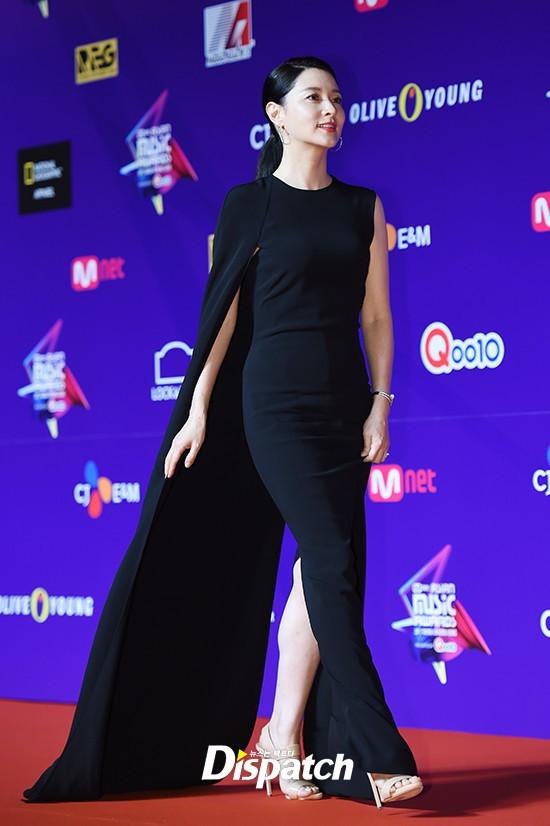 Thiết kế đầm mà Lee Young Ae mặc quen mặt với cả hai nhà mốt lừng danh mới hay - Ảnh 2.