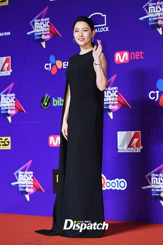 Thiết kế đầm mà Lee Young Ae mặc quen mặt với cả hai nhà mốt lừng danh mới hay - Ảnh 3.
