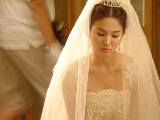Nhìn lại 4 lần khoác lên mình bộ váy cưới và dự đoán chiếc váy mà Song Hye Kyo sẽ chọn mặc ngày 31 này  - Ảnh 2.
