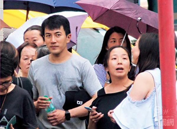 Lưu Khải Uy đội mưa đi đón con, Dương Mịch ốm nặng suốt nửa tháng - Ảnh 1.