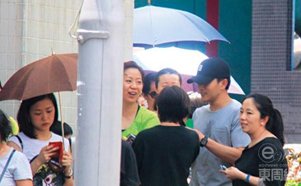 Lưu Khải Uy đội mưa đi đón con, Dương Mịch ốm nặng suốt nửa tháng - Ảnh 2.
